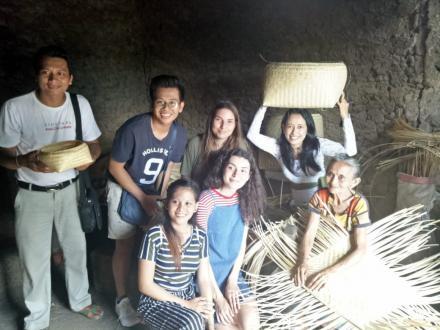 """""""I'm Enjoy"""" Kesan Tourist France dan Philipina saat Berkunjung Ke Desa Sidetapa"""