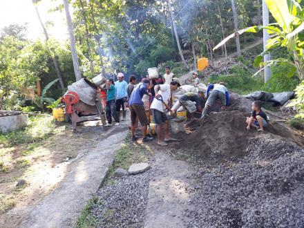 Gotong Royong Rabat Beton Jalan Banjar Dinas Lakah